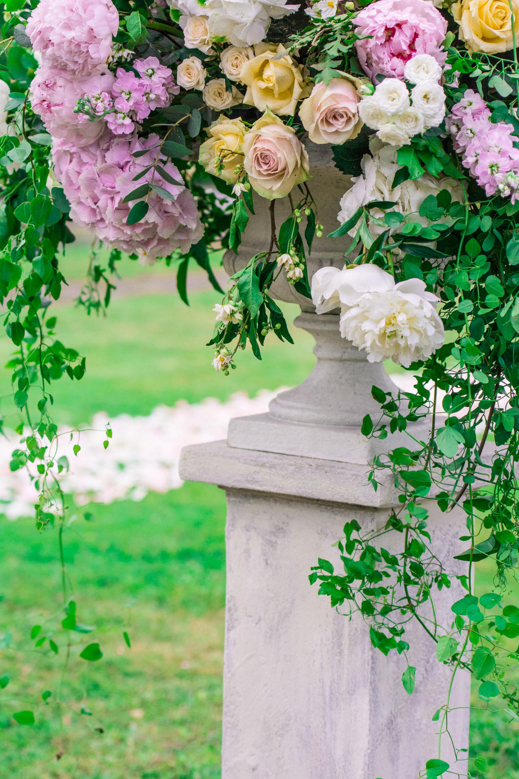 huge flowers urn for aisle ceremony decoration